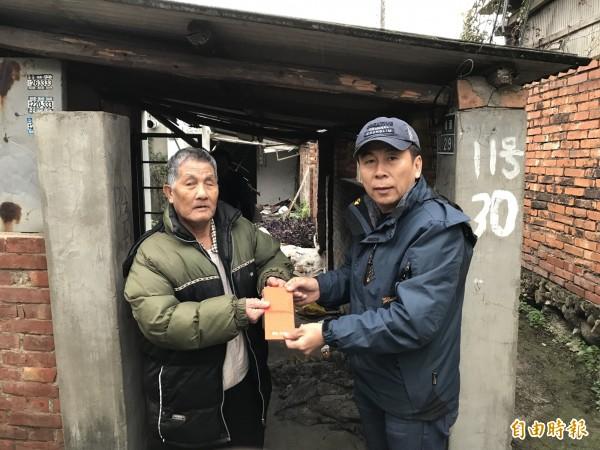有洋蔥!78歲老翁(左)曾經受助,如今關懷、送暖寒流中受凍街友。(記者蔡政珉攝)