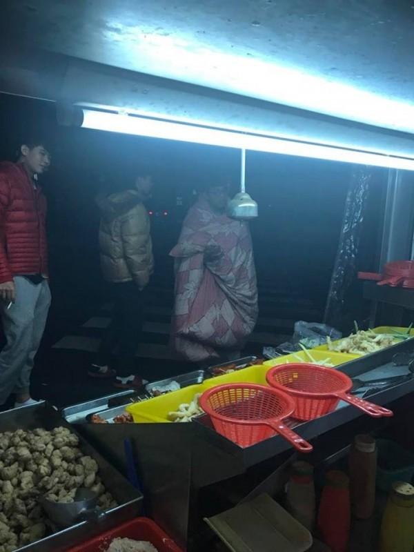 棉被男出現在雞排攤前,挑選想買的食物。(記者李忠憲翻攝)