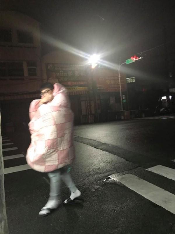 棉被男走到攤前要買雞排,裹著棉被想擋寒意。(記者李忠憲翻攝)