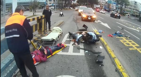 汽車與機車疑陸橋上發生擦撞,機車車毀,騎士臉部流血,現場觸目驚心。(記者王善嬿翻攝)