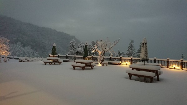 宜蘭太平山3日清晨開始連續降雪,整座山頭宛如被冰封一般,成了銀白色世界。(記者張議晨翻攝)