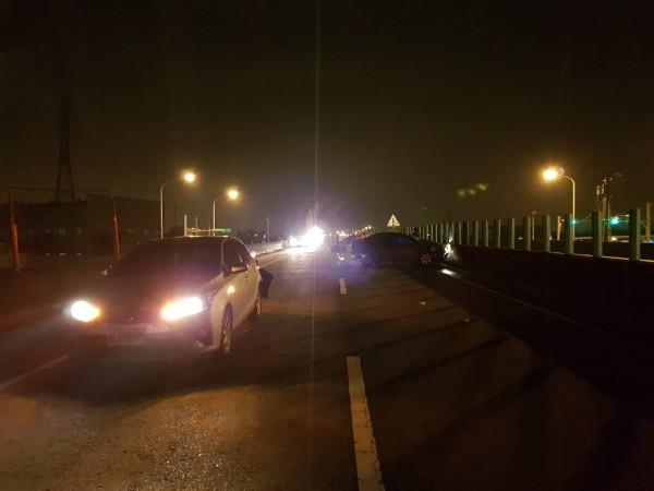 台六十六線快速道路新屋路段車禍現場一片凌亂。(記者周敏鴻翻攝)