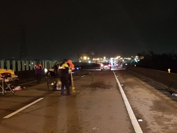 車禍發生後,警察與消防隊員都趕來救援。(記者周敏鴻翻攝)