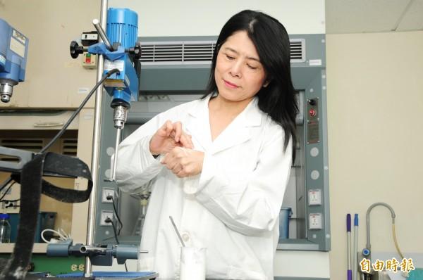 靜宜大學化粧品產業研究發展中心執行長吳珮瑄教民眾護手妙方。(記者張軒哲攝)