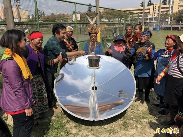 太陽能反射爐煮樹豆排骨湯,來自部落的族人感到很新鮮。(記者羅欣貞攝)