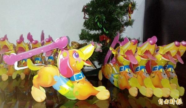 南投縣名間鄉受天宮「七星旺福」燈會期間,將發送限量版且造型可愛的「搖搖狗小提燈」。(記者謝介裕攝)