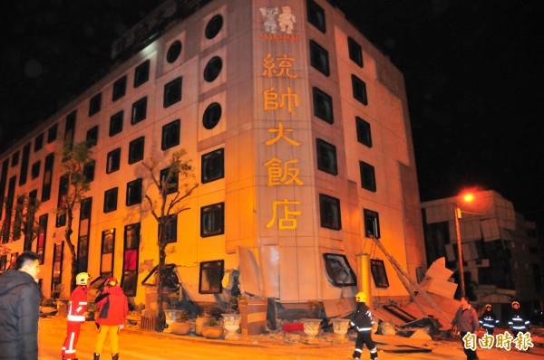 統帥飯店三樓以下陷入瓦礫堆,有三人受困亟待救援。(記者花孟璟攝)
