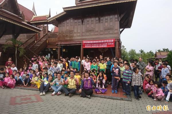 屏東內埔鄉知名的泰式料理餐廳高腳屋為了回饋地方,連續6年在農曆春節前夕免費宴請地方學童與弱勢長輩。(記者邱芷柔攝)