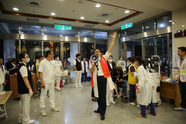 花蓮慈濟醫院昨晚緊急啟動大量傷患機制,召回三百多名醫護人員。(花蓮慈濟醫院提供)