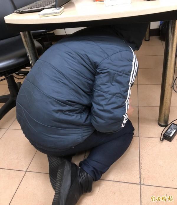 地震時,應該躲至堅固的桌下,保護自己不被物品砸壓傷。(示意圖,與新聞內容無關,記者王駿杰攝)