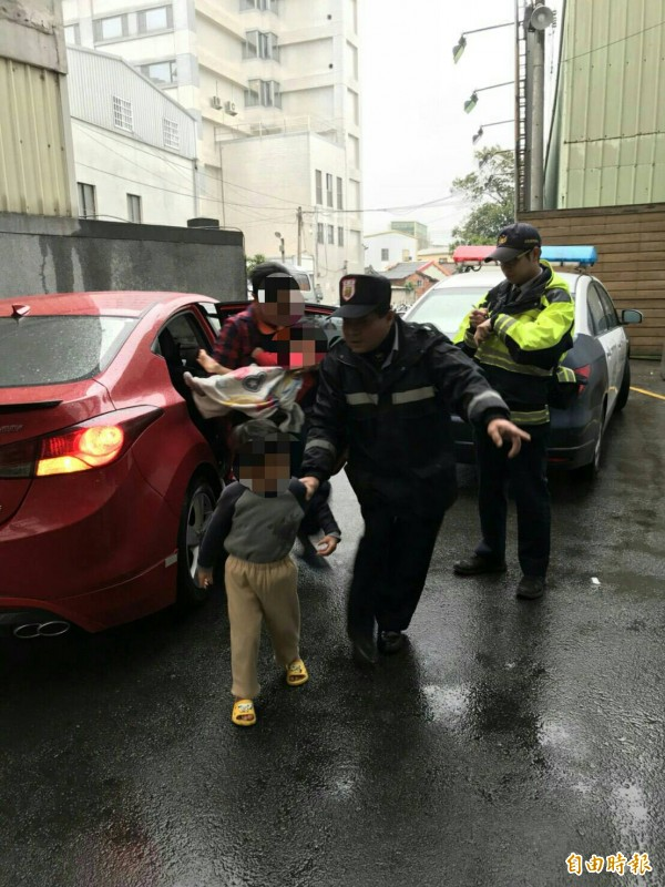 2歲男童燙傷,巡邏車熱心開道5分鐘送醫。(記者蔡政珉攝)
