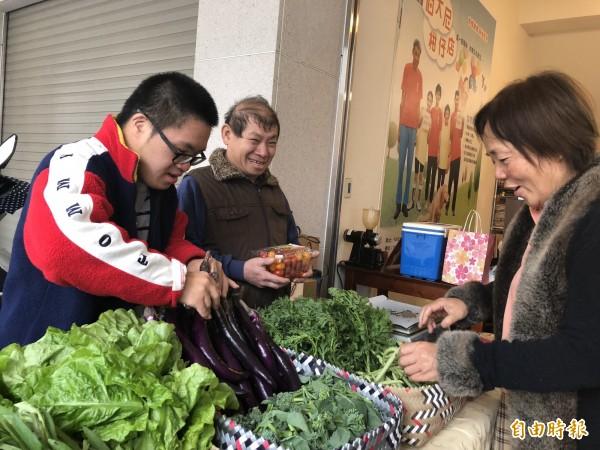 伯大尼柑仔店有院生親自種的蔬菜。(記者羅欣貞攝)
