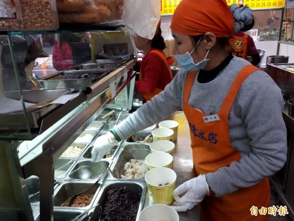 新竹市「阿惠冰店」的冬季甜湯品,讓人吃了暖心又幸福,常常中午過後就見排隊人潮。(記者洪美秀攝)