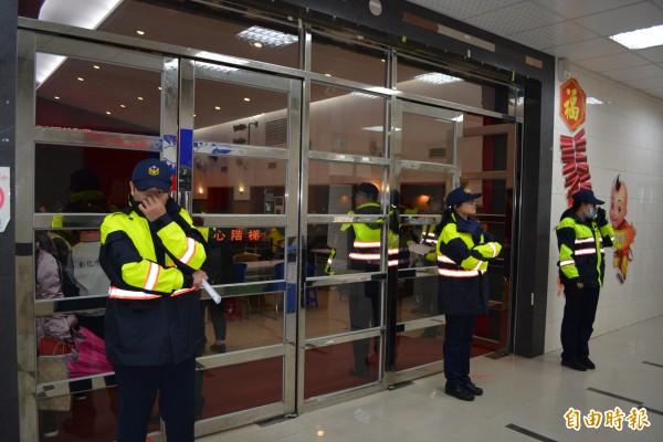 彰市農曆春節敬老禮金今天發放,警方派數十名警力現場警戒。(記者湯世名攝)