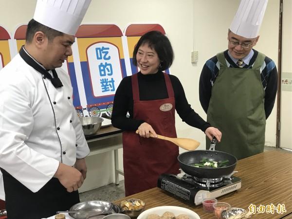 市長夫人廖婉如(中)與衛生局長呂宗學(右)、飯店主廚陶冠全透過臉書直播,示範健康年菜料理。(記者李忠憲攝)