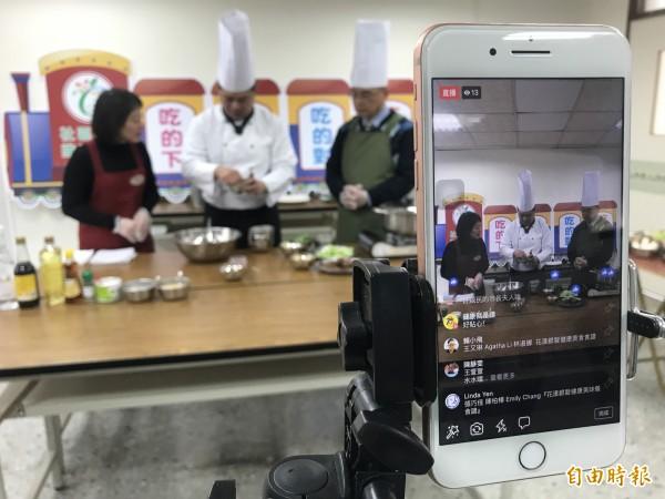 市長夫人廖婉如(左)與衛生局長呂宗學(右)、飯店主廚陶冠全透過臉書直播,示範健康年菜料理。(記者李忠憲攝)