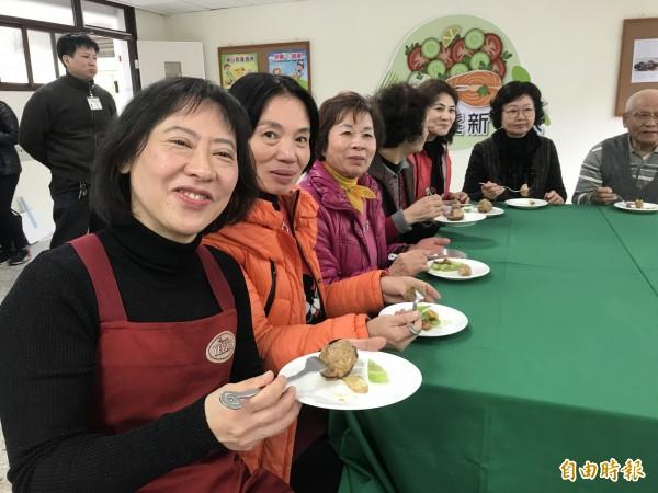 市長夫人廖婉如完成料理後,開心與長輩一起享用。(記者李忠憲攝)