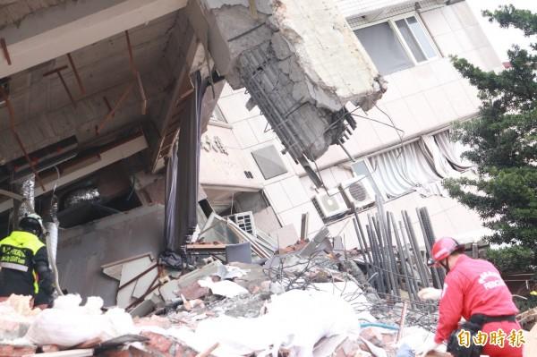 206花蓮地震讓雲門翠堤大樓傾斜,騎樓柱體整個斷裂,有台南維冠大樓搶救經驗的土木技師王武龍直言,「這斷法不太正常!」。(記者林敬倫攝)