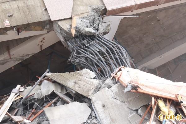 土木技師認為,一般的柱體鋼筋就算遇到拉扯,也只會扭曲、變形,不會直接被扯斷。(記者林敬倫攝)