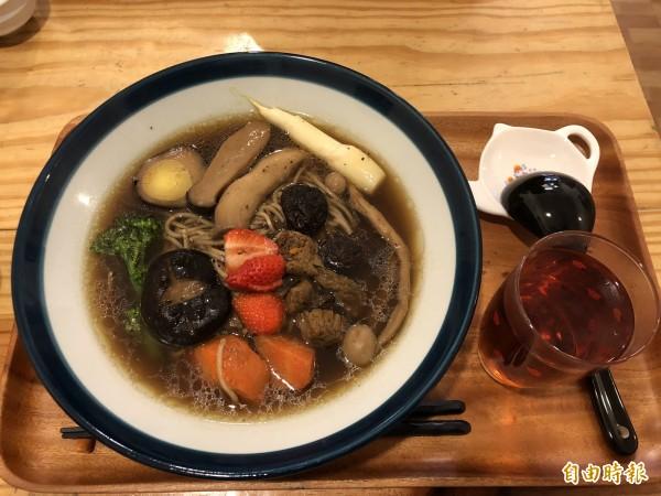 茶燒拉麵可以吃湯麵,吃到一半時可把紅茶加進麵碗中。(記者佟振國攝)