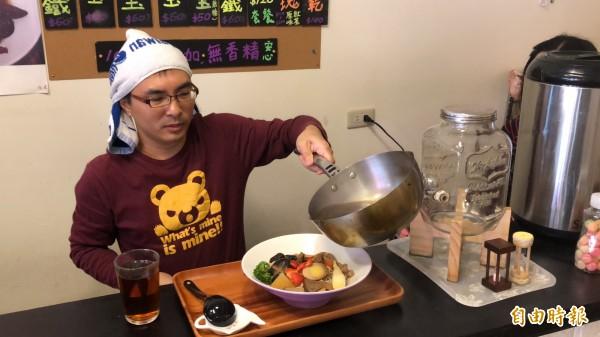年輕老板田志興將集合多種菇菌、蔬菜熬煮4個小時的香醇湯頭倒入麵中,也是拉麵的精髓。(記者佟振國攝)