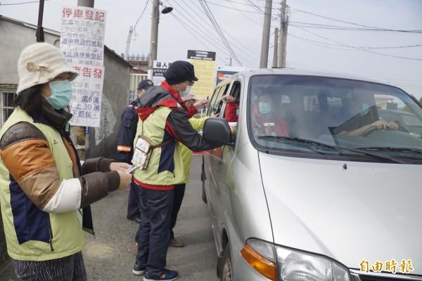 衛生局人員在警方配合下,帶走同意遷出的堂眾。(記者黃佳琳攝)