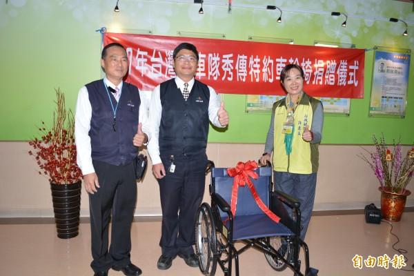 台灣大車隊今天捐贈10部輪椅給彰化市秀傳醫院。(記者湯世名攝)