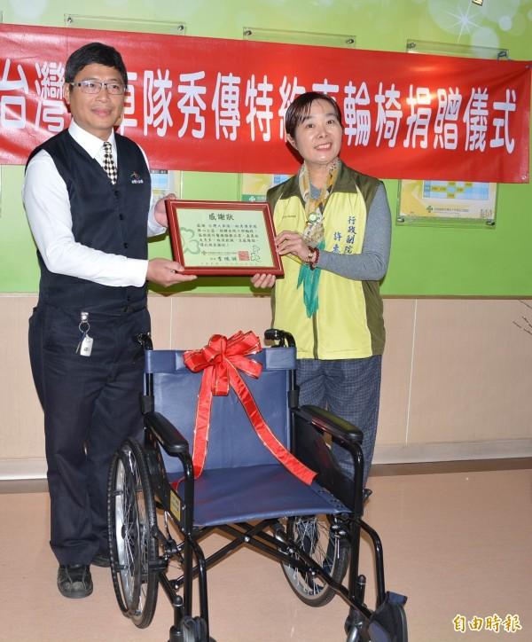 台灣大車隊台中分公司經理張森雄(左)今天代表捐贈10部輪椅給彰化市秀傳醫院,醫院行政副院長許惠美(右)回贈感謝狀。(記者湯世名攝)