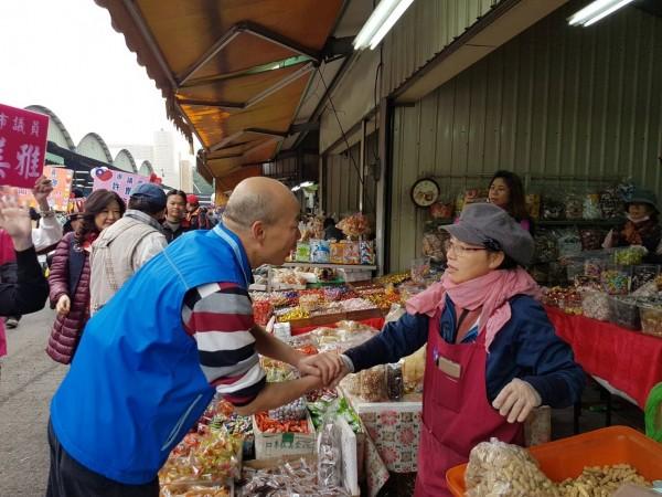 國民黨高雄市黨部主委韓國瑜,日前走訪三民區果菜批發市場。(記者葛祐豪翻攝)