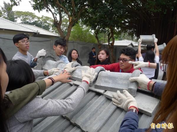 學子們通過「疊瓦架屋」競賽,才能領取結訓合格證書。(記者黃佳琳攝)