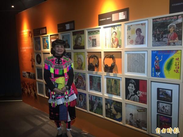 阿美族歌手盧靜子開心與唱片合影。(記者張存薇攝)