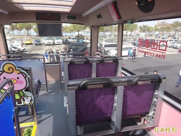 台南首部雙層巴士有室內雅座10席。(記者洪瑞琴攝)
