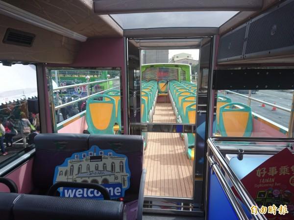 台南首部雙層巴士開頂座位32席。(記者洪瑞琴攝)