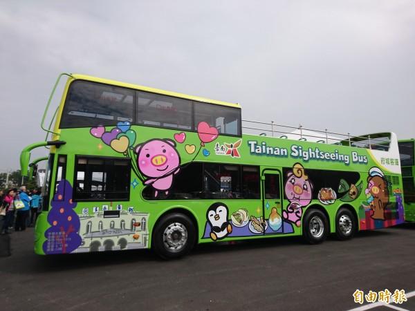 台南首部雙層巴士亮相。(記者洪瑞琴攝)