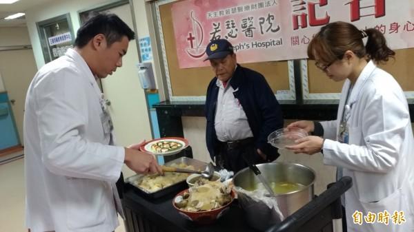 虎尾若瑟醫院營養師烹調健康養生年菜,連民眾都被吸引看得垂涎三尺。(記者廖淑玲攝)