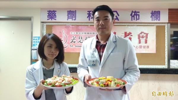 虎尾若瑟醫院營養師林宜瑛(左)、劉諺儒(右)教大家健康年菜。(記者廖淑玲攝)