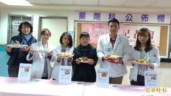 虎尾若瑟醫院營養師教大家利用在地食材,烹調健康養生年菜。(記者廖淑玲攝)