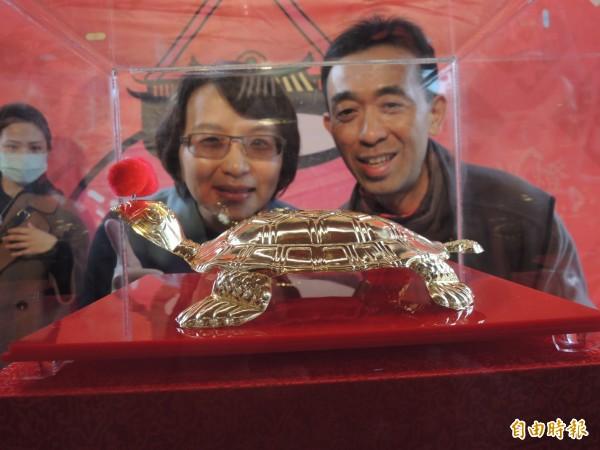 傳藝燈籠節最大獎是市價60萬元的傳藝黃金龜。(記者江志雄攝)