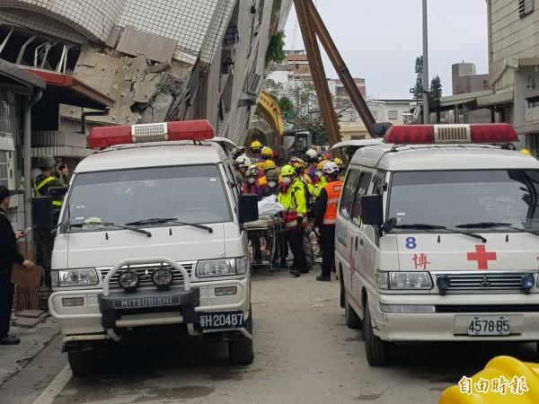 雲翠大樓失聯加國夫妻,在下午三點半遺體被運送出來。(記者俞肇福攝)
