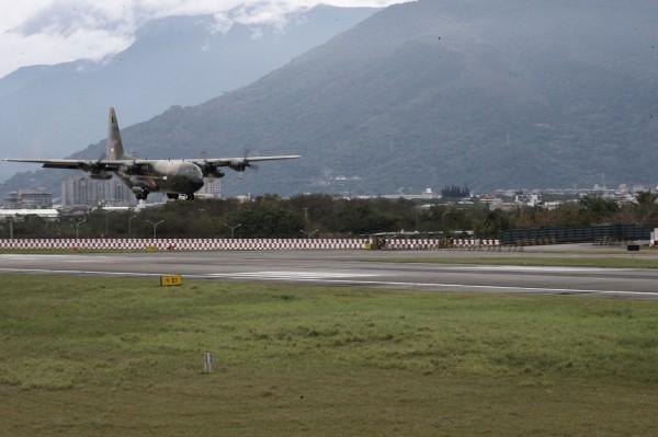 新加坡C-130運輸機降落在花蓮機場。(軍聞社提供)