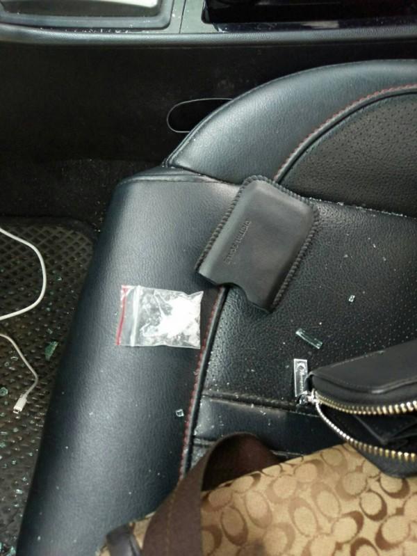 警方於車內查獲二級毒品安非他命1包(毛重2.4公克)。(記者陳薏云翻攝)