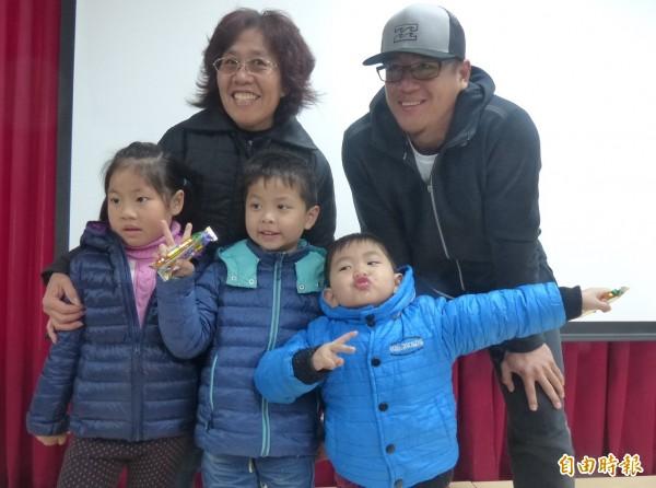 蔣智賢(後排右一)與粉絲合影,小小粉絲見機不可失,現場豪氣擺出「拉弓」姿勢。(記者吳正庭攝)