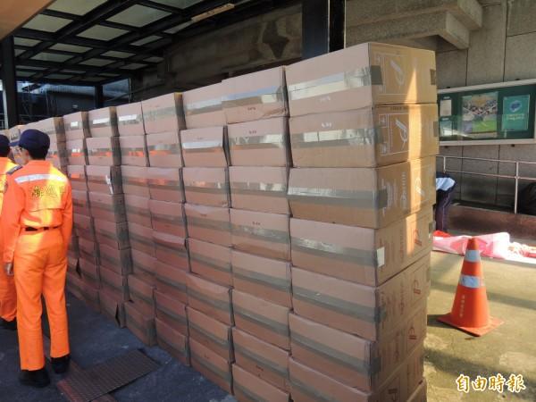 查獲298箱共14萬9000包私菸。(記者江志雄攝)