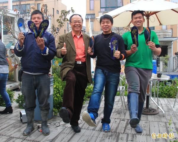 歐立達公司董事長陳逸弘(左二)農家出身,深知農民的辛苦,免費致贈30雙科技鞋墊給溪州鄉農民。(記者陳冠備攝)
