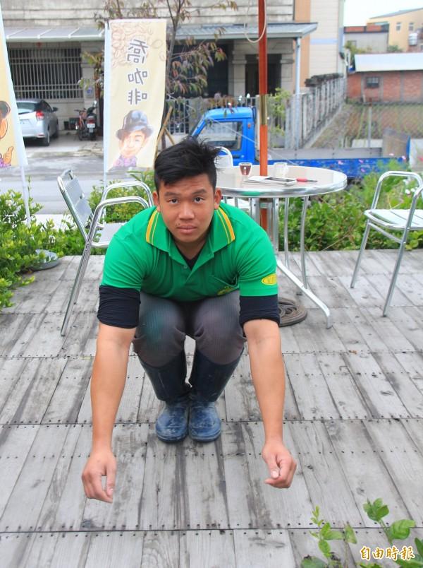 農民江貞輝說,自己是扁平足,蹲下動作容易往後倒,套上新鞋墊,蹲下時變得輕鬆多了。(記者陳冠備攝)