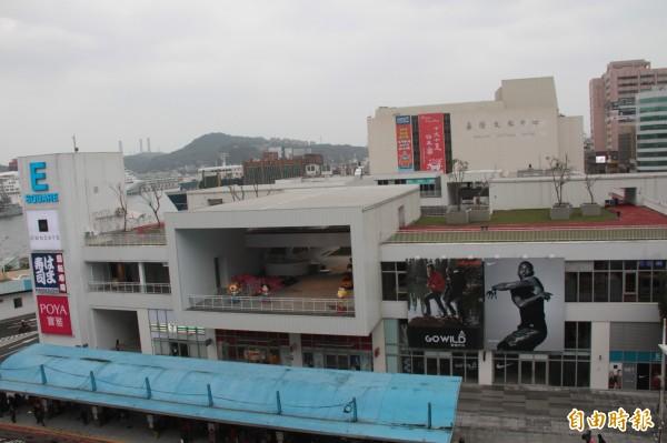 基隆東岸商場正趕辦使照,預計14日開幕。(記者林欣漢攝)