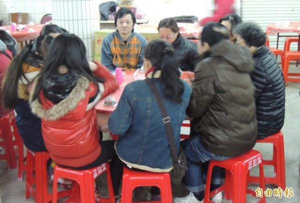 寒冬送暖平安餐會,邀請弱勢者提前圍爐。(記者江志雄攝)