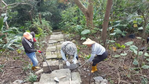 古坑永光村民自力救濟修補登山步道破損石階。(記者黃淑莉翻攝)