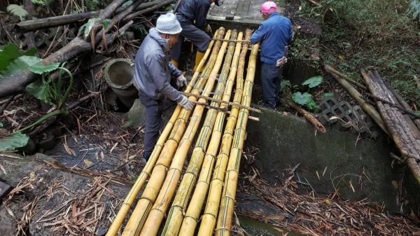 村民就地取材以麻竹搭建臨時竹橋。(記者黃淑莉翻攝)