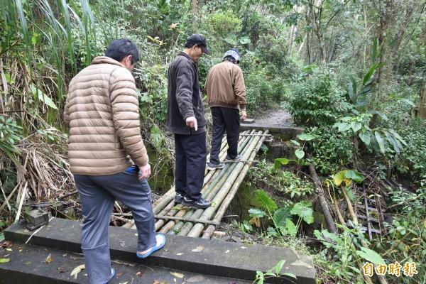 村民搭建的竹橋相當穩固。(記者黃淑莉攝)